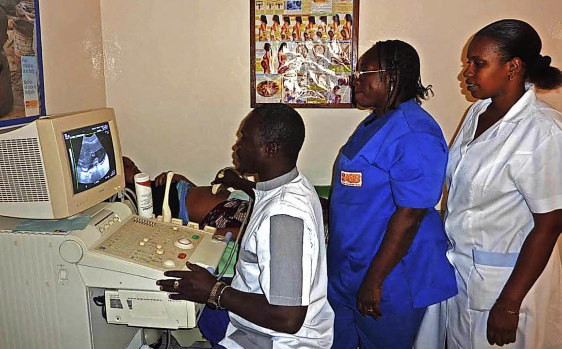 Klinikmitarbeiter an einem gespendeten Ultraschallgerät.   | Foto: Fotos: Verein