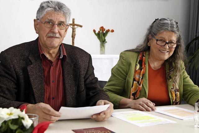 Ein Paar, das sich Mut und Gottvertrauen zuspricht