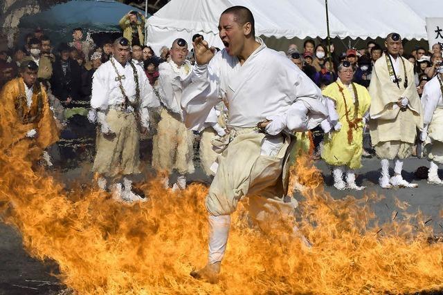 Japanische Mönche laufen durchs Feuer