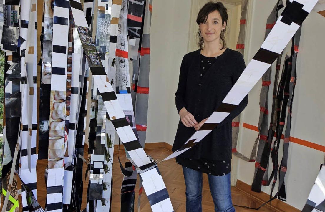 Eine begehbare Installation aus Papierbahnen hat Eva Schmeckenbecher aufgebaut.     Foto: Roswitha Frey