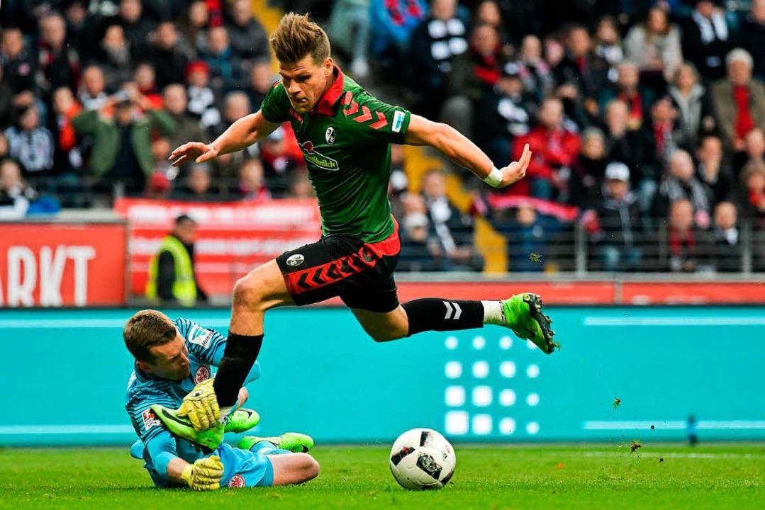 Der Moment, in dem Florian Niederlechn... austrickst und danach zum 1:1 trifft.  | Foto: dpa