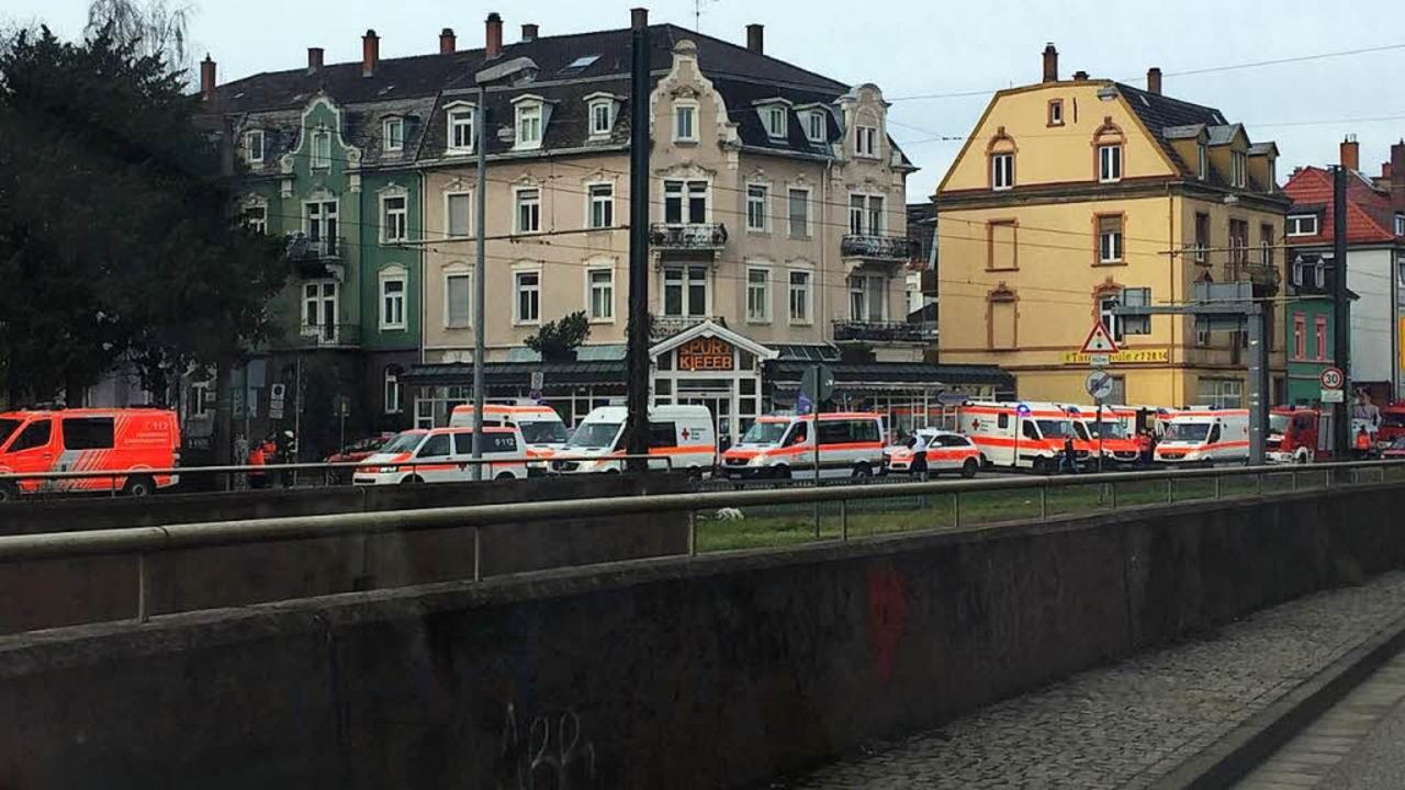 Die Rettungskräfte sind mit einem Großaufgebot vor Ort.   | Foto: Franco Orlando