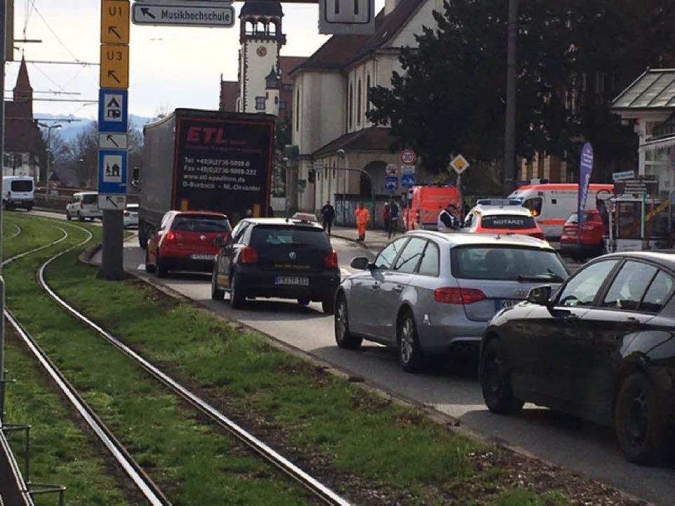 Vor dem Tunneleingang auf Höhe der Bürgerwehrstraße stauen sich die Fahrzeuge  | Foto: Frank Zimmermann