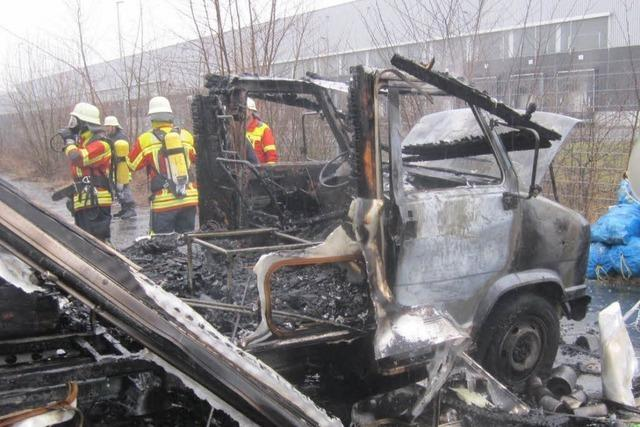 Wohnmobil im Gewerbepark Breisgau brennt komplett aus – Gasflasche explodiert?