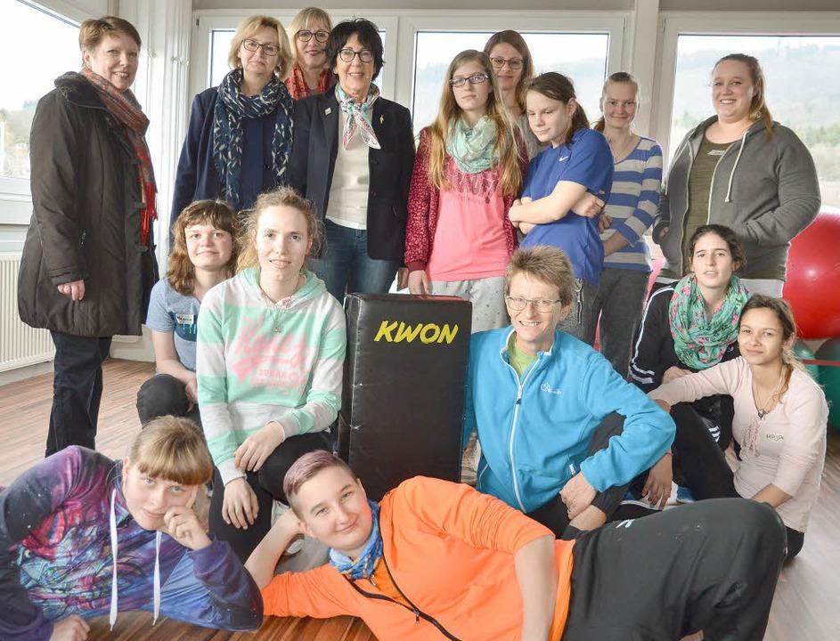 Bei Bianka Neußer (in hellblauer Train...te von links) hat den Kurs initiiert.     Foto: CHRISTIANE WEISHAUPT