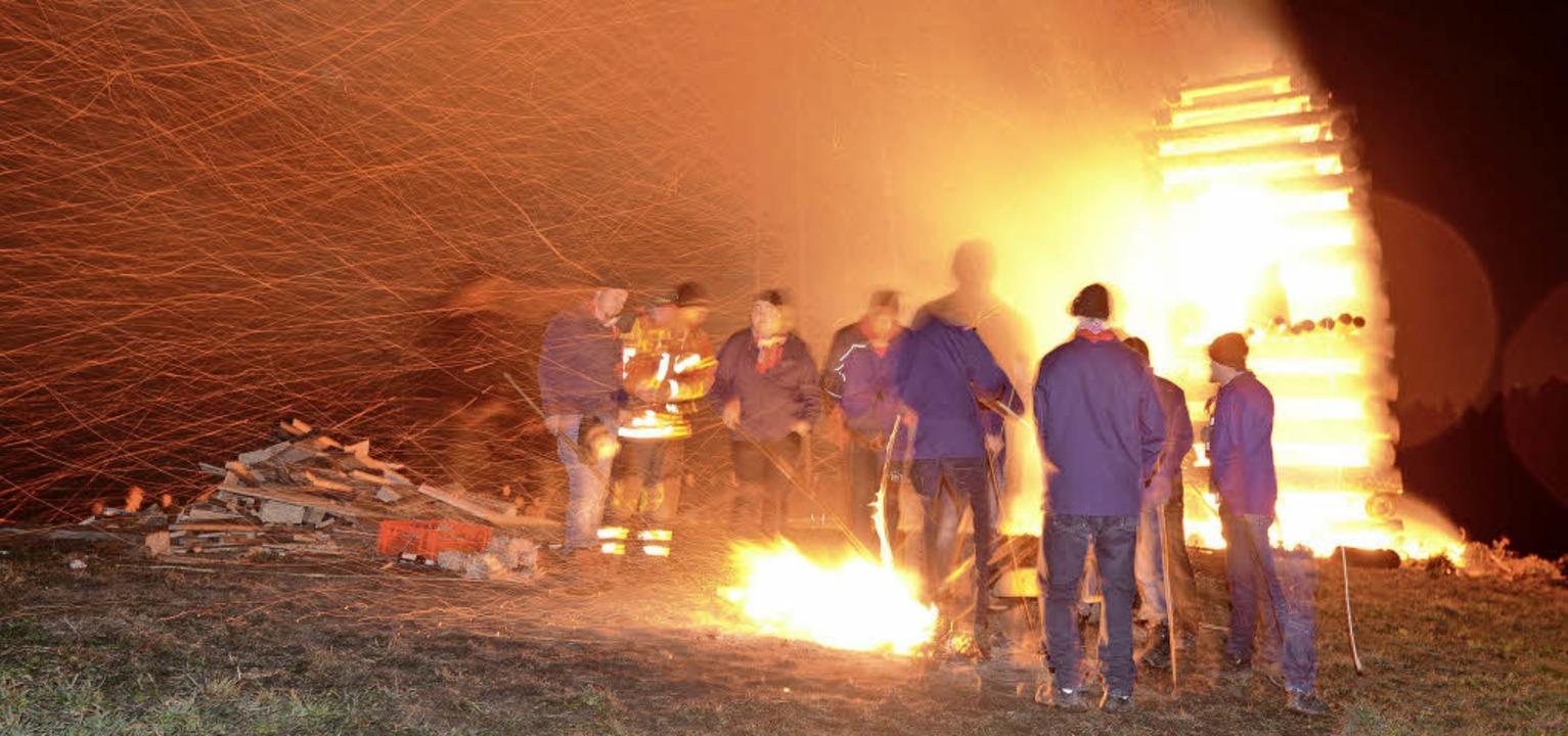 Nach langen Vorbereitungen brennt das Scheibenfeuer.   | Foto: Krieger/Seeger/Eggstein