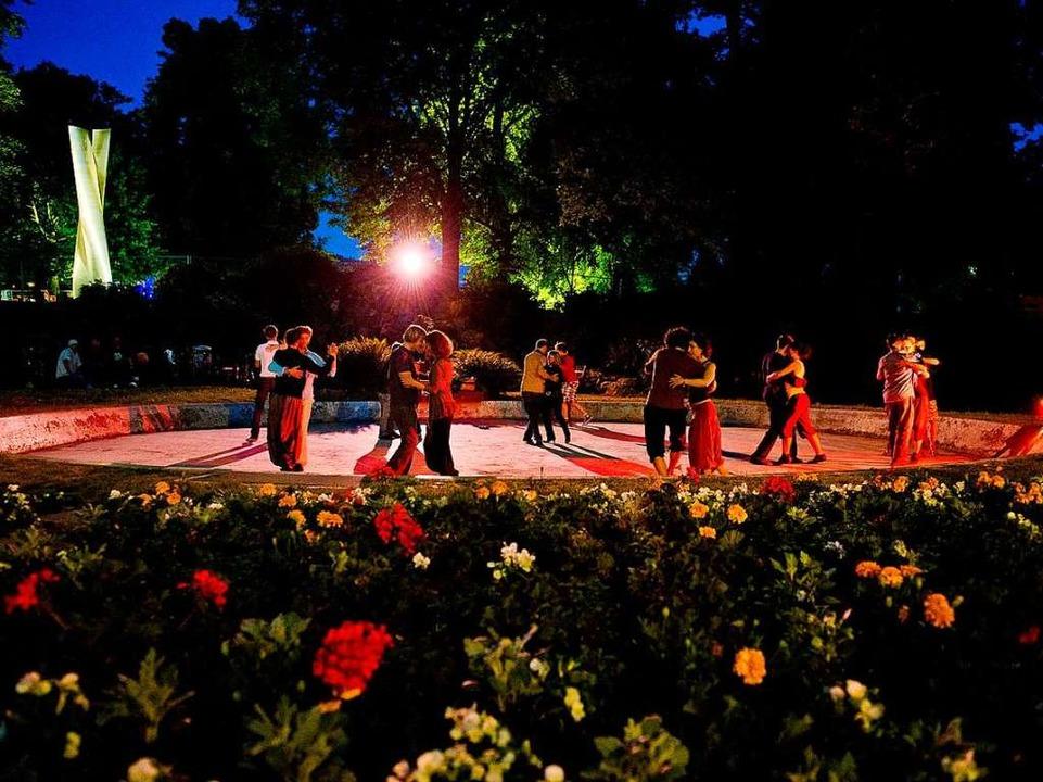 Der Brunnen ist  vor allem an Sommerab...punkt von  verschiedenen Tanzgruppen.   | Foto: privat