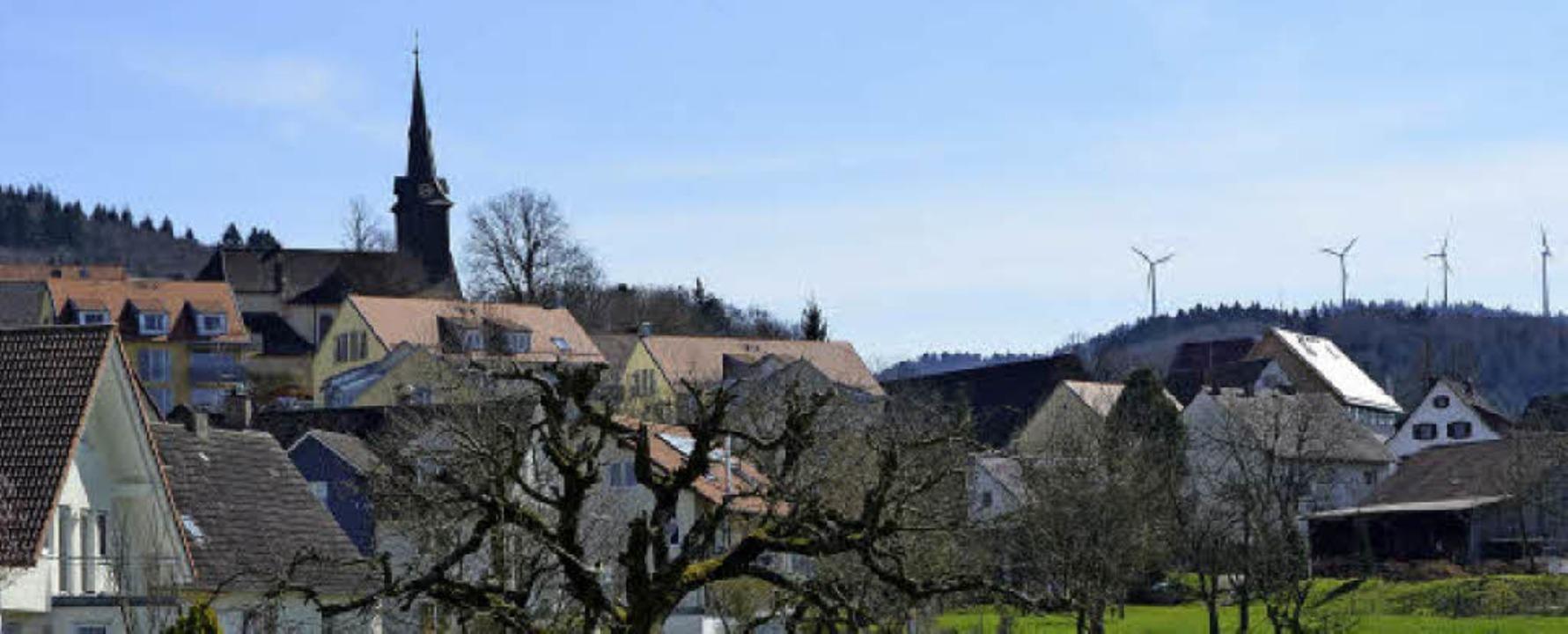 Blick über Heuweiler auf die Roßkopf-W...eser Standort zu wenig Ertrag bringt.   | Foto: Max Schuler