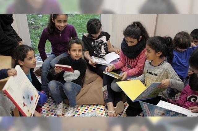 Flüchtlingskinder lernen mit der Medienbox lesen