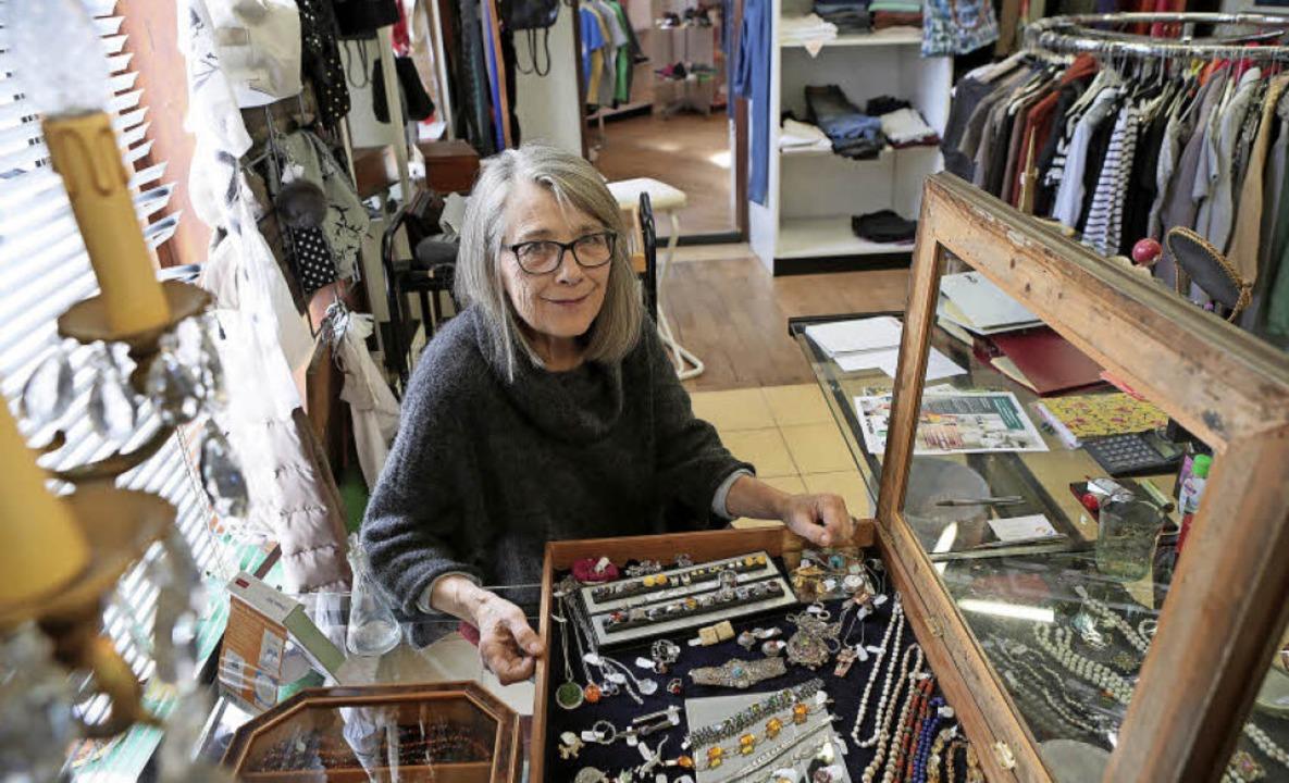 Christine Lässle präsentiert in ihrem Laden am Werderplatz 7 ihre Waren.   | Foto: Christoph Breithaupt