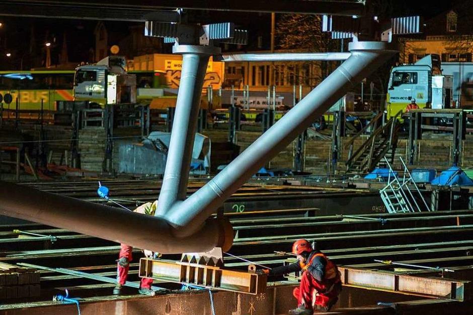 Stahlbauteile für die neue Kronenbrücke werden geliefert und montiert. (Foto: Peter Sliwka)