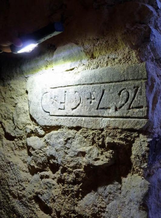 Der rätselhafte Stein von 1767 im Kell...ht wohl  auf Catharina Vollmer zurück.  | Foto: Dirk Sattelberger