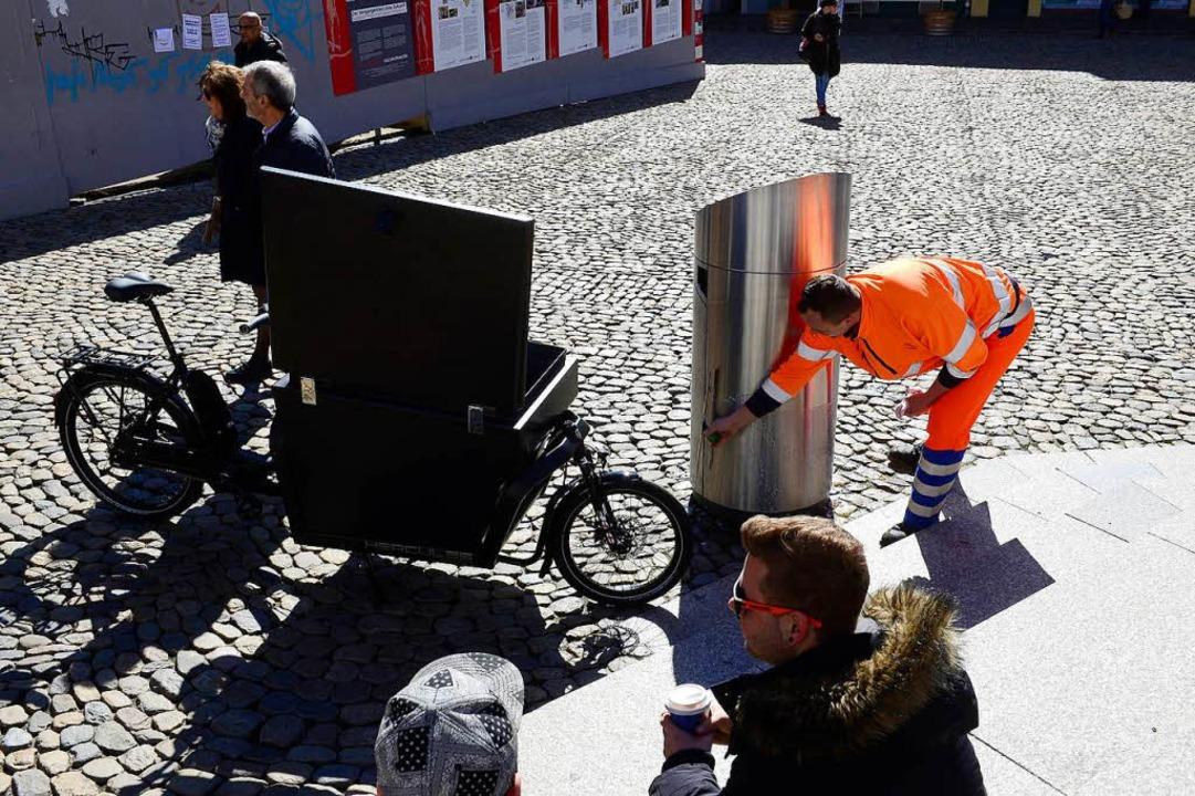 Josip Jolic putzt den Hai am Augustinerplatz.    Foto: Ingo Schneider