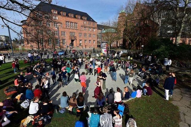 Flashmob im Freiburger Tanzbrunnen – Demo gegen Pläne der Stadt