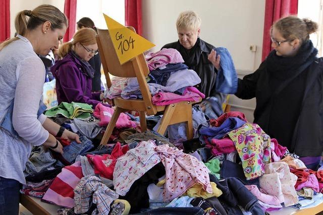 Kinderkleiderbörse: Hetze von Wühltisch zu Wühltisch