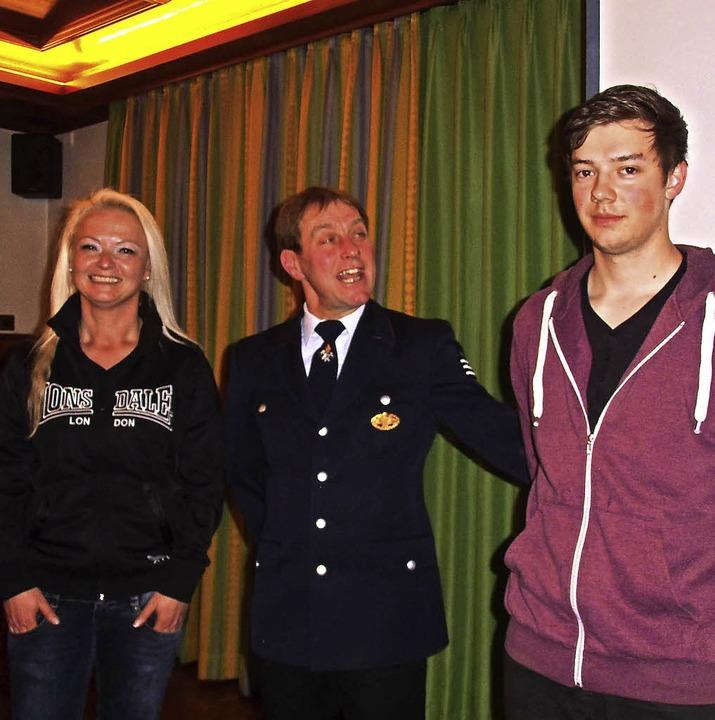 Per Handschlag in die Feuerwehr neu au... Brunner und Simon Werschler (rechts).  | Foto: Cornelia Selz