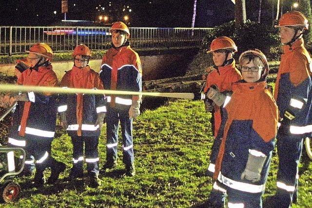 Jugendliche meistern eine Brandbekämpfung