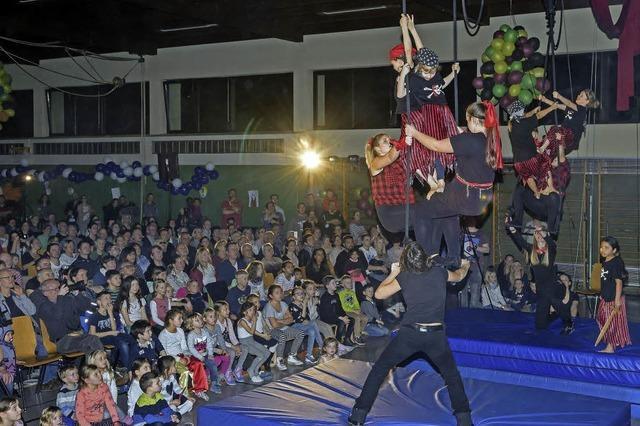 Galavorstellung des Schülerzirkus' Rustelli in proppenvoller Rheingießenhalle