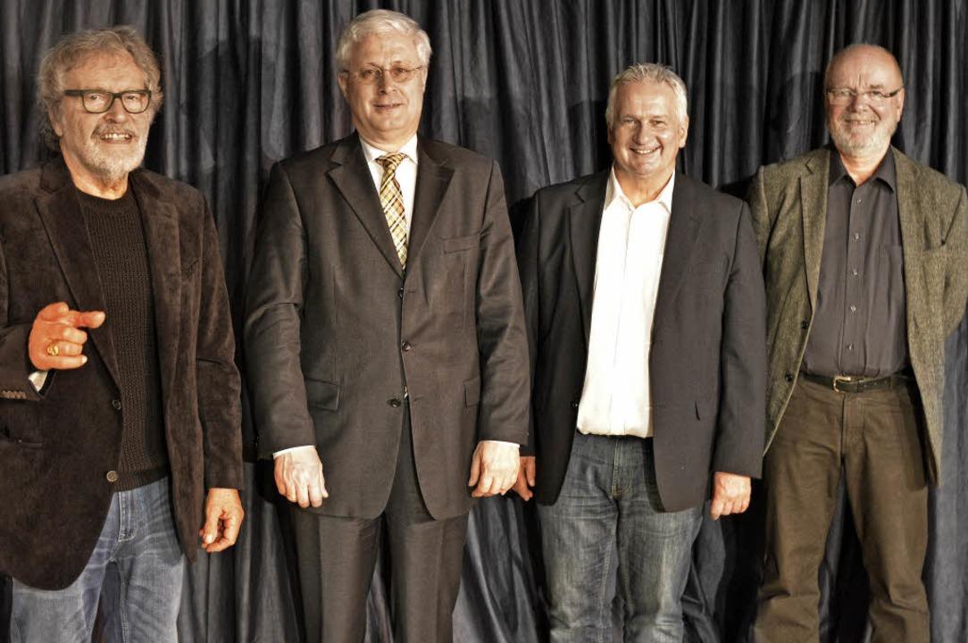 Szenenwechsel im Theater am Mühlenrain...eiter Paßlick (von links) übergeben.    | Foto: PINKAWA