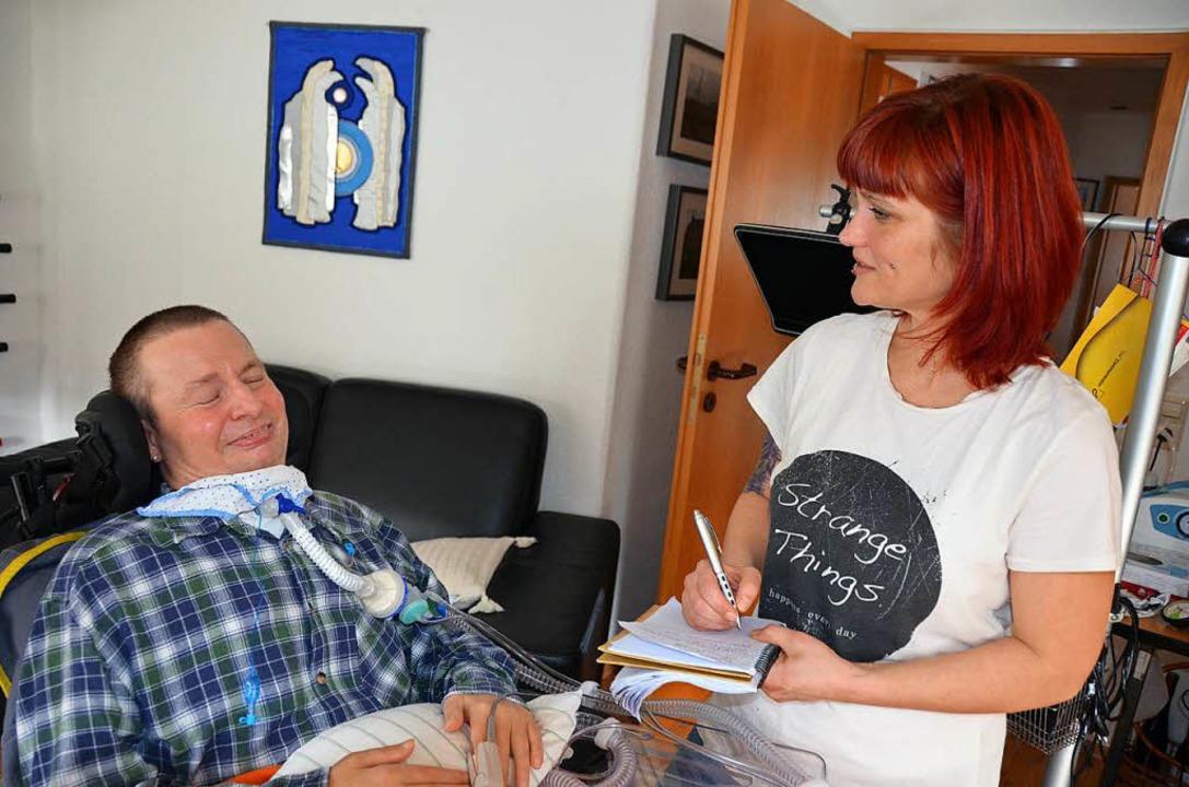 Dr. Steffen Sassie kommuniziert mit  d...Alexandra Huber-Henning per Lidschlag.    Foto: Anita Fertl