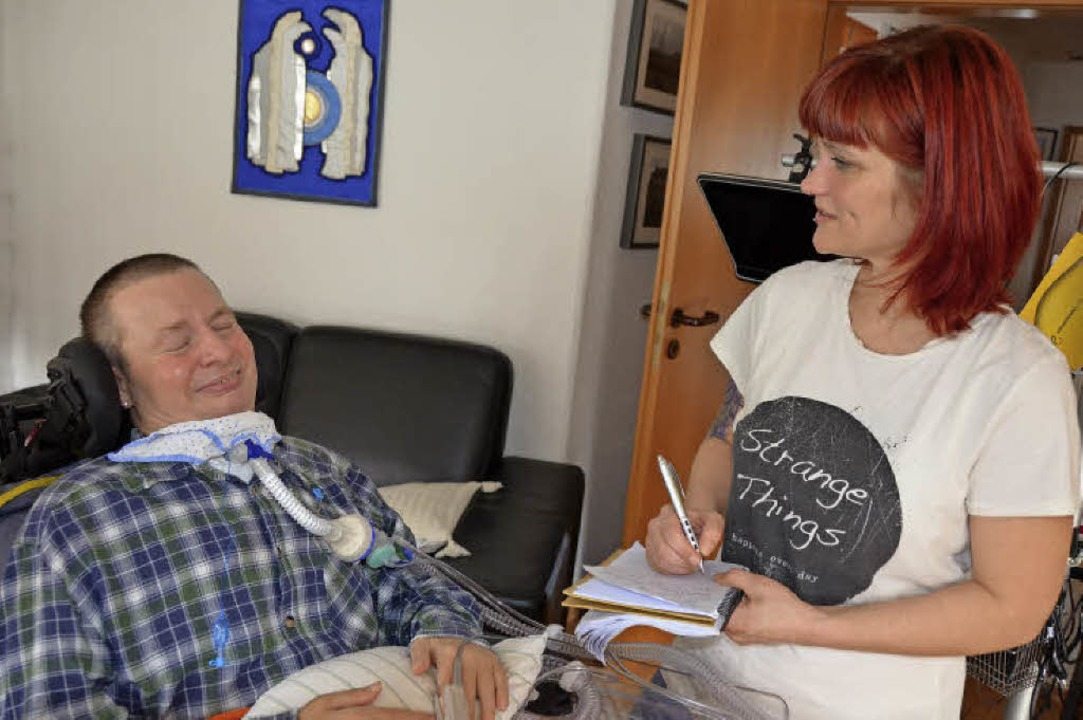 Dr. Steffen Sassie kommuniziert mit  d...lexandra Huber-Henning per Lidschlag.   | Foto: anfe