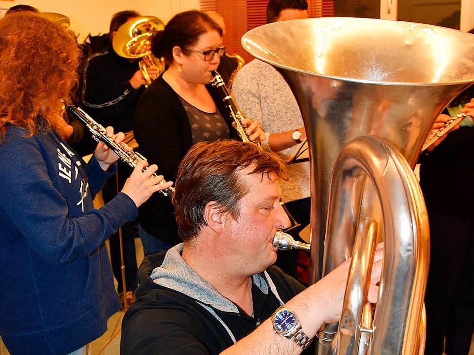 Am Freitag spielten die Musiker zum ersten Mal den Marsch Kostet nix  | Foto: Heinz u. Monika Vollmar