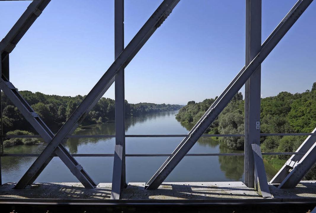 Ein idyllischer Anblick, aber auch ein...hnbrücke über den Altrhein nach Süden.  | Foto: Dorothee Philipp