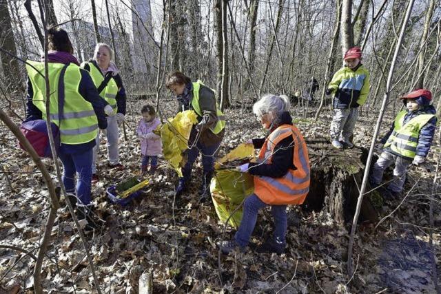 150 Mooswälder säubern Waldstück, das bald Wohngebiet werden soll