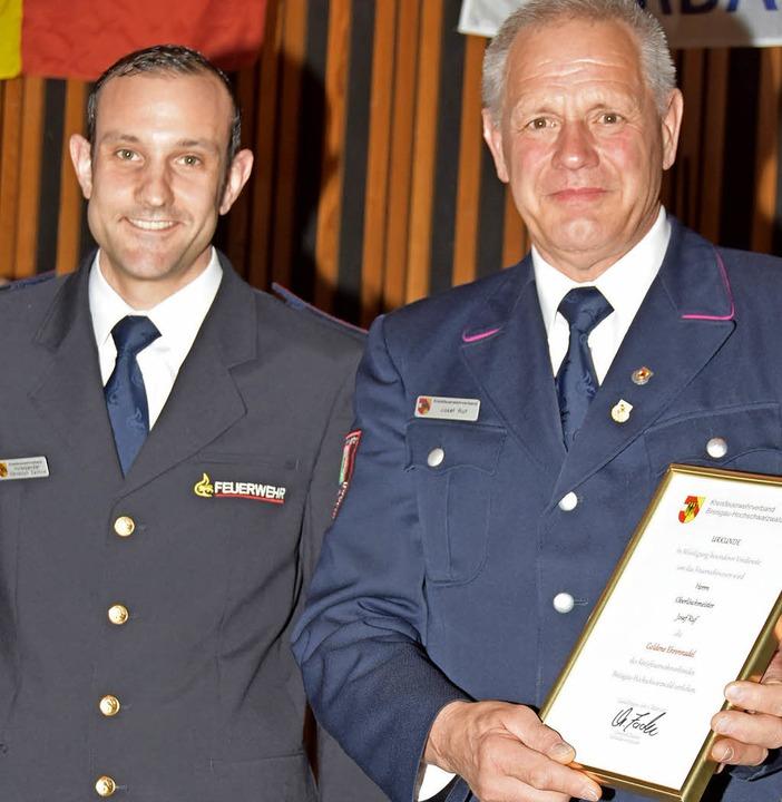 Vorsitzender Christoph Zachow (links) ... Ruf mit der goldenen Ehrennadel  aus.  | Foto: Andrea Steinhart