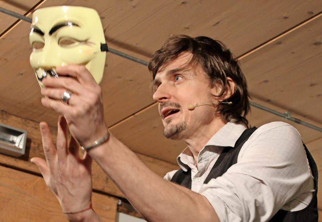 Auf der  Bühne nutzt Marc Hofmann  Req... Willen im Internet bestellen musste.   | Foto: Erich Krieger