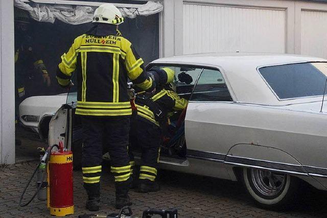 Feuerwehr rettet US-Oldtimer vor dem Flammentod