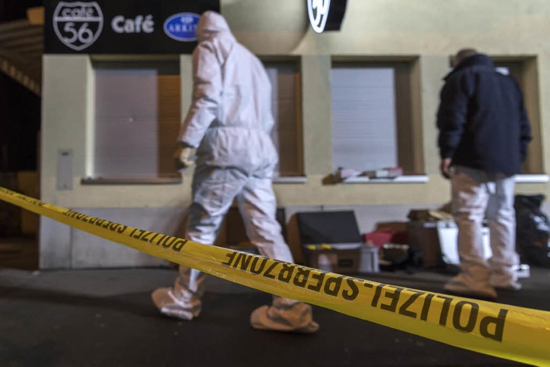Vor diesem Café fand die Schießerei am Donnerstag in Basel statt.  | Foto: dpa