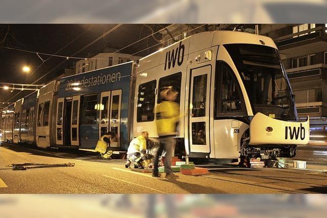 Straßenbahn fährt plötzlich auf zwei Gleisen