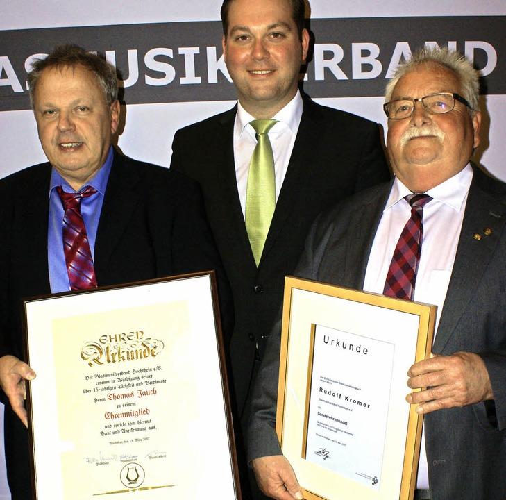 Präsident Felix Schreiner (Mitte) ehrt...e langjährige Tätigkeit im Präsidium.   | Foto: Probst