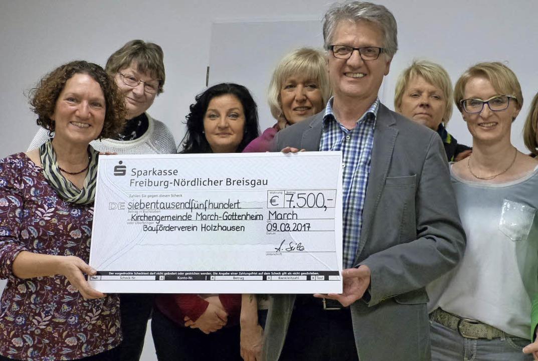 Eine  Spende über 7500 Euro übergab fü...idiri vom  Bauförderverein Holzhausen.  | Foto: claudia bachmann-goronzy