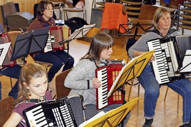 Zwei Dutzend Musiker zwischen sieben und 70 vereint im Orchester