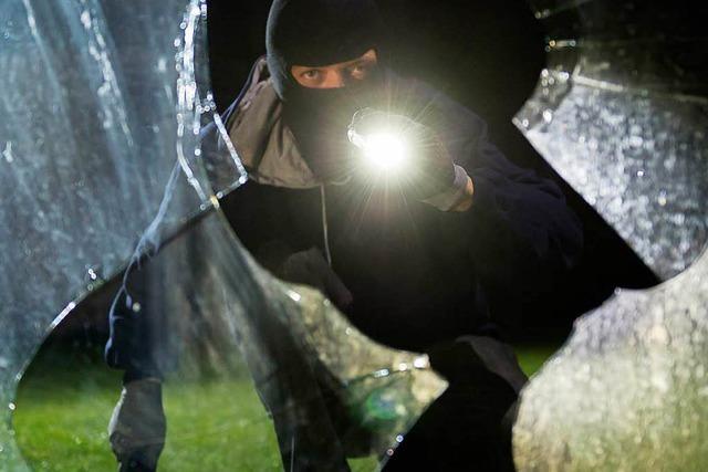 Verhinderte Einbrecher werfen Scheibe ein und flüchten
