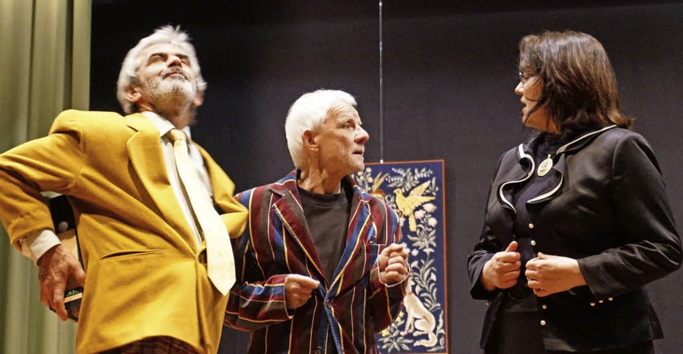Wohin nur mit den Ordnern? Roland Kunert, Peter Waßer und Birgit Lay (von links)  | Foto: julius steckmeister