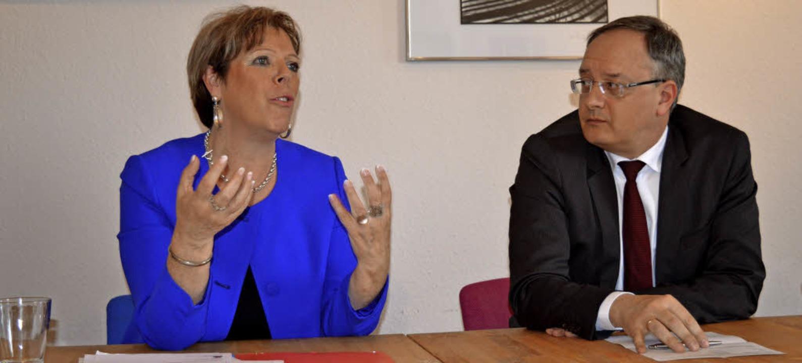 Andreas Stoch, Vorsitzender der SPD-La...in ihrem Wahlkreisbüro in Emmendingen.  | Foto: Andrea Strumberger