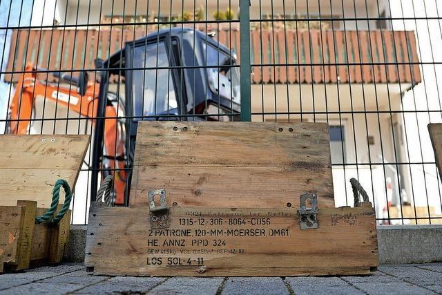 Auf dem Grundstück eines Hauses lagern Tonnen an Weltkriegsmunition