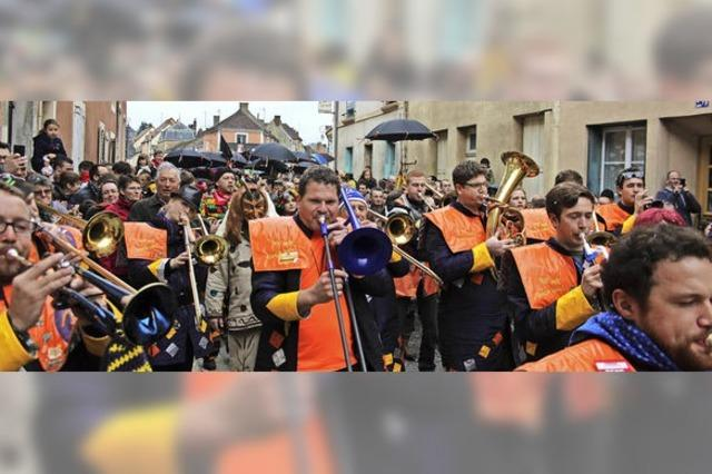 Deutsche und französische Narren feiern Fasnacht in Stühlingens Partnerschstadt Bellême