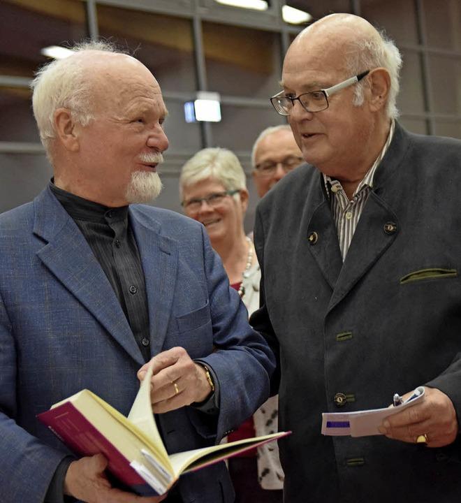 Sprachwissenschaftler Konrad Kunze (li...Auggener Seniorenbüros, Hartmut Krone.  | Foto: Beatrice Ehrlich