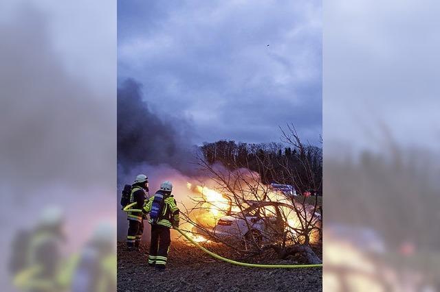 Auto brennt nach Unfall aus