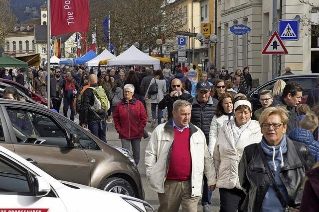 Verkaufsoffener Sonntag und Autoschau locken Passanten in die Innenstadt