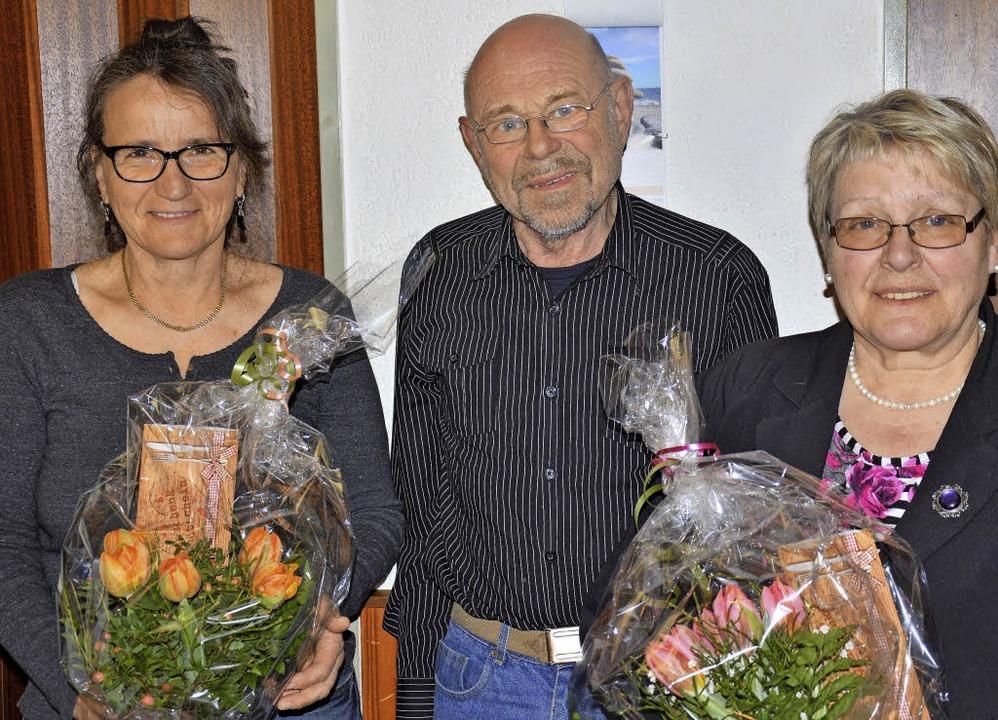 Ehrung: Inge Woelffle (links), Friedri...25 Jahre Treue zur AWO ausgezeichnet.   | Foto: Georg Diehl
