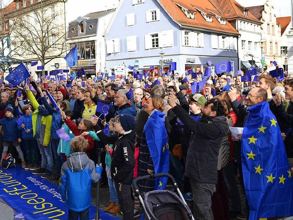 Rund 500 Menschen kamen am frühen Sonntagnachmittag vor Rathaus.  | Foto: reim