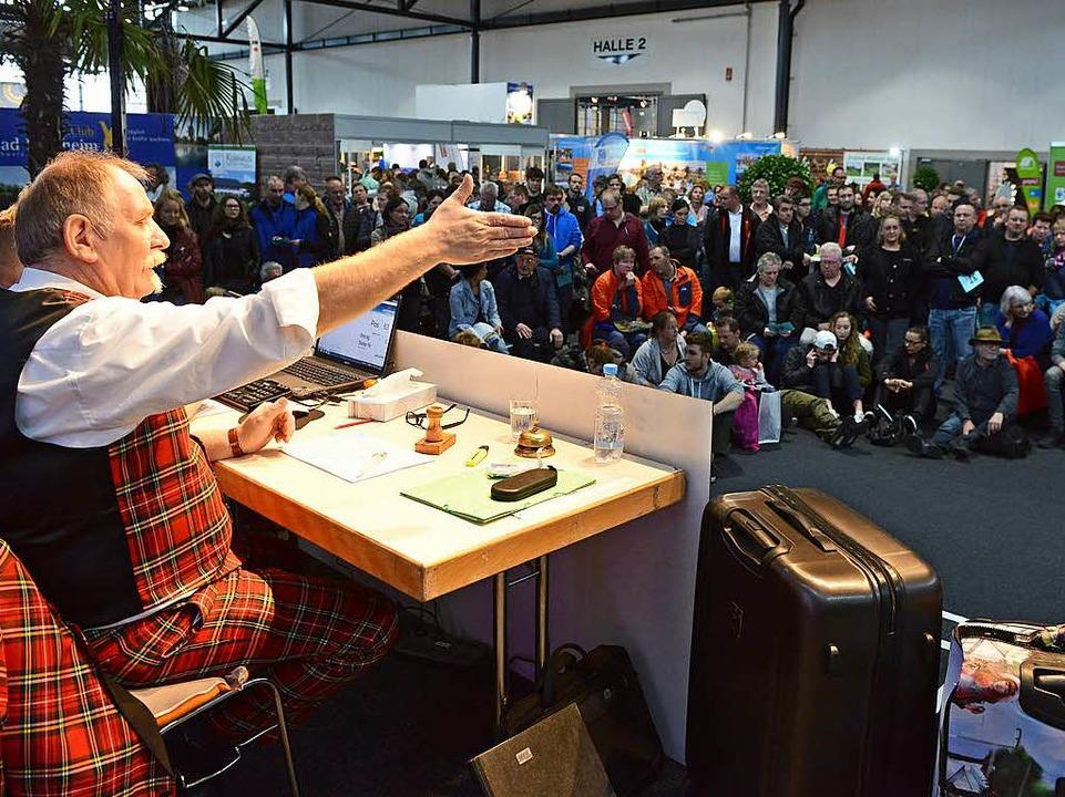Auktionator Martin Clesle zieht  die B...knapp 200 Artikel unter das Messevolk.  | Foto: Rita Eggstein