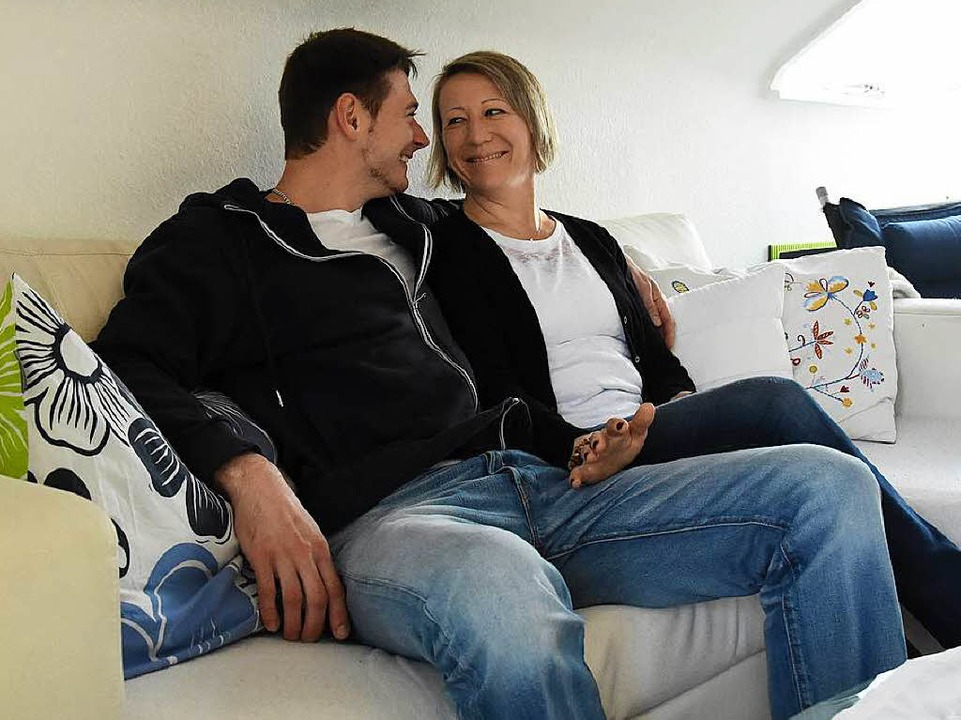 Carmen und Christian Kobsch: jetzt wieder mit Kleidern und Couch.  | Foto: Jonas Hirt