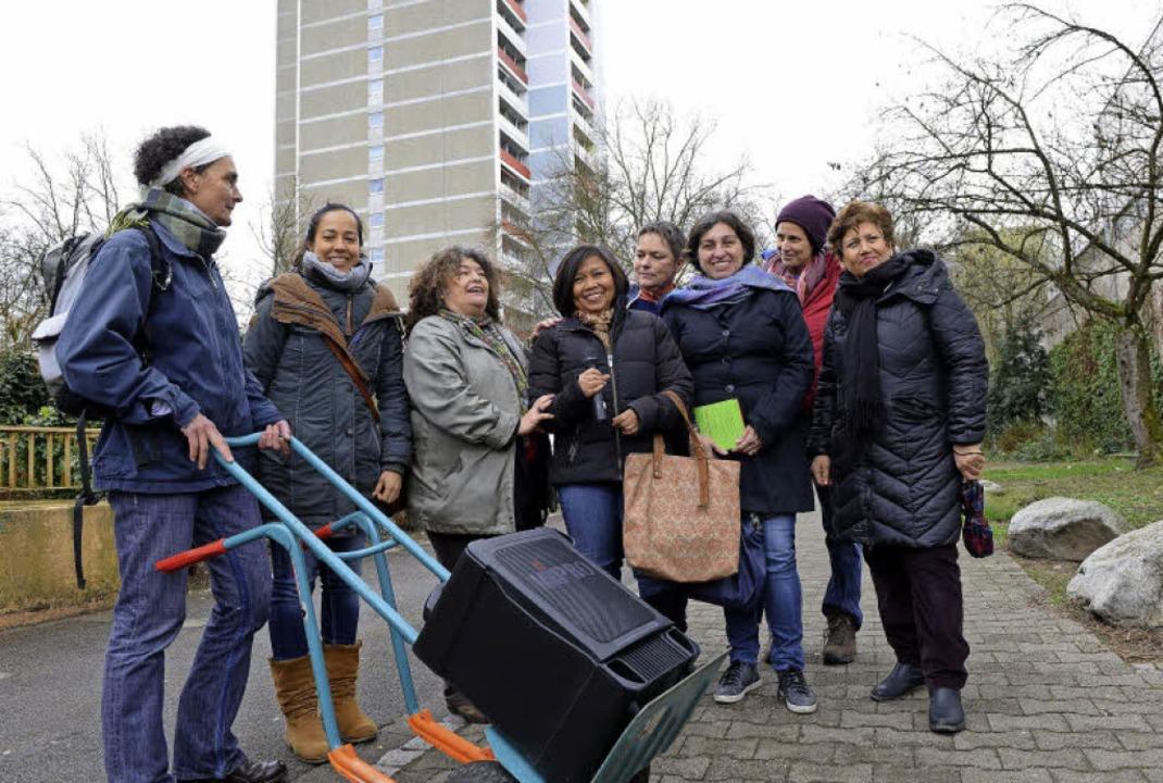 Rundgang mit Lautsprecherwagen: Zur Ei...n mit Interessierten durch Landwasser.  | Foto: Rita Eggstein