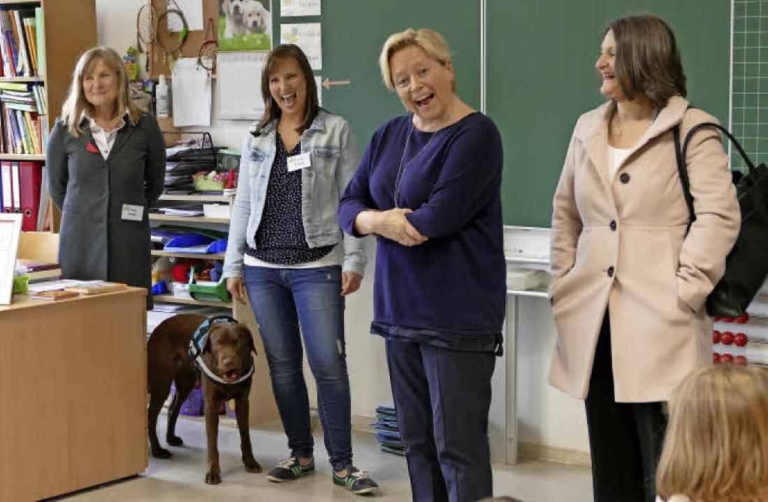 Dass Schulhund Paula zum Unterricht de...äfer (rechts) und der Klassenlehrerin.  | Foto: Ingrid Böhm-Jacob